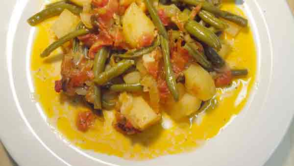 Complete home study program in Greek cuisine, recipe for Green beans with vegetables (Φασολάκια στο φούρνο) from homecook at cmevt.com