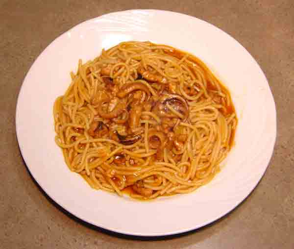 Complete home study program in Greek cuisine, recipe for Octopus with spaghetti (Χταπόδι με μακαρόνια) from homecook at cmevt.com